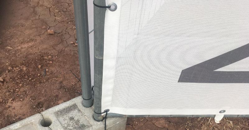 Bauzaunbanner-Druck-Befestigung-am-Bauzaun-mit-Kabelbinder