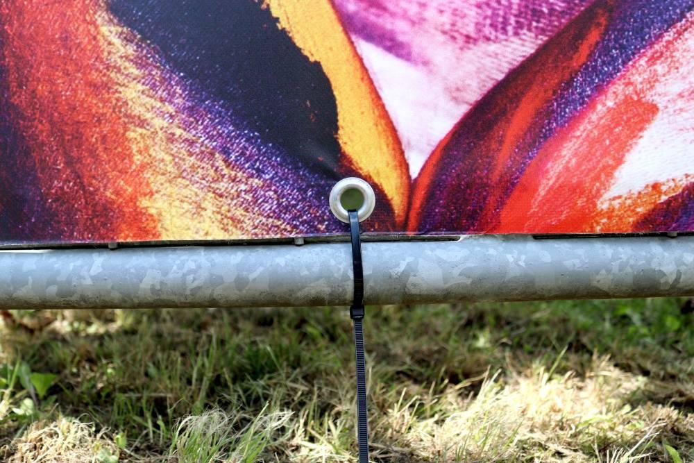 bauzaunbanner-frontlit-randverstaerkung-oese-kabelbinder