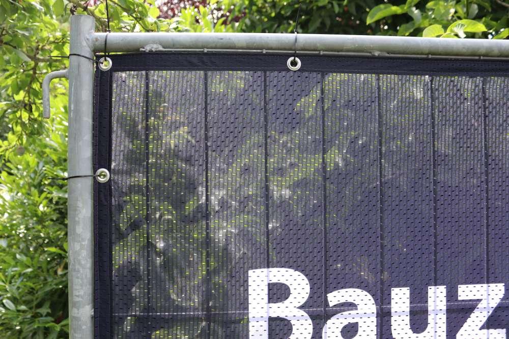 bauzaunblende-fahnen-lochfilet-115-randverstaerkung-oesen